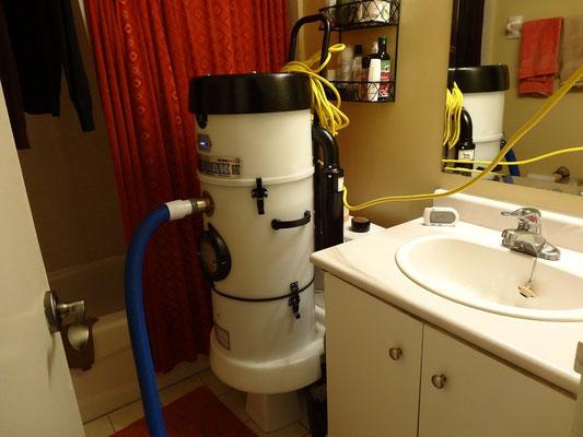 Diese tragbare Maschine saugt Wasser aus dem Wohnzimmer ab und pumpt es direkt in die Toilette.