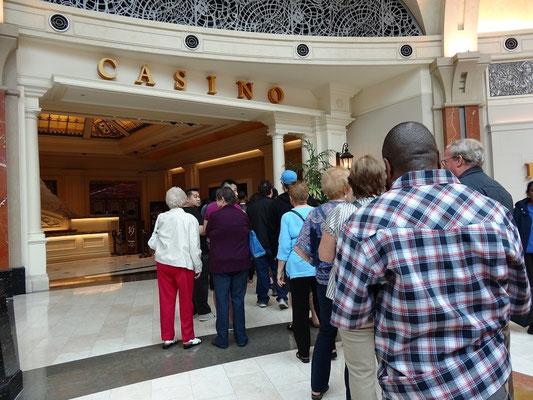 Niagara Falls: Andrang am Eingang zum Casino.