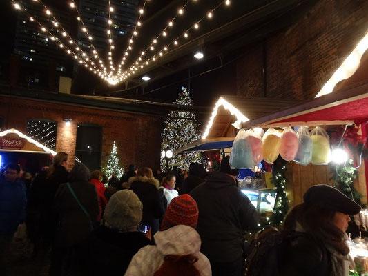 Weihnachtsmarkt in Torontos Distillery District.