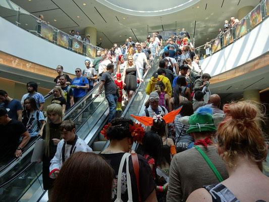 Wer genau hinsieht, kann bei der FanExpo 2015 in Toronto schon auf der Rolltreppe kostümierte Fans erspähen.