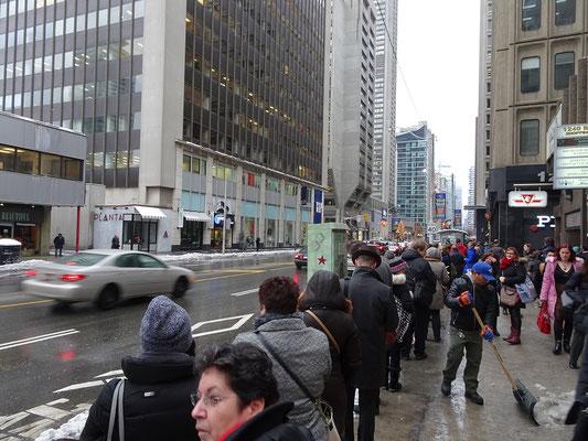 Winter in Toronto: Nach dem Zugausfall bildet sich ein Warteschlange für den Bus.