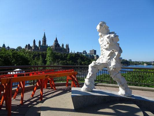 Urlaub in Ottawa: Skulptur mit Parlament im Hintergrund.