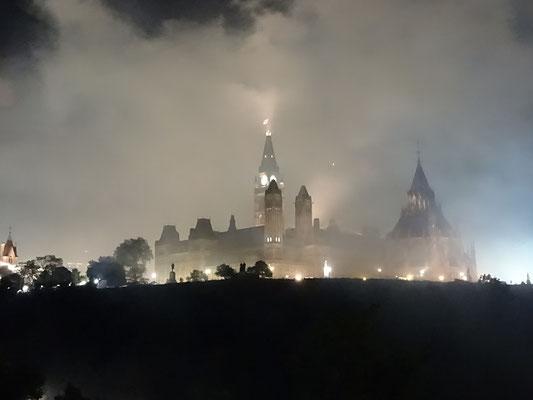 Urlaub in Ottawa: Das Parlamentsgebäude ist vom Feuerwerk in Rauchschwaden eingehüllt.