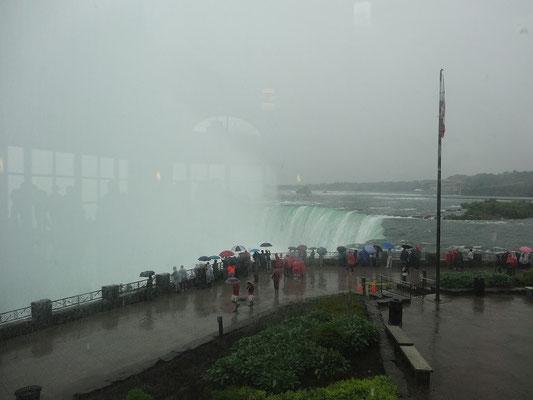 Niagara Falls: Blick auf die Niagara-Fälle aus dem trockenen Besucherzentrum.