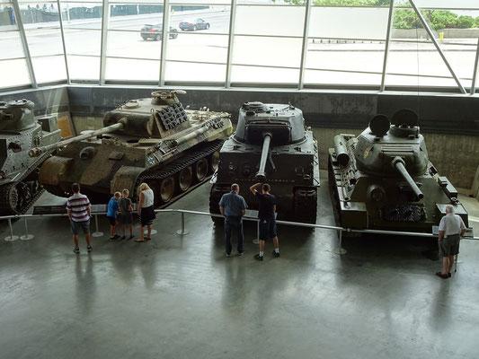 War Museum in Ottawa: In der Fahrzeugsammlung des Kriegsmuseums finden sich auch drei bekannte Panzer aus dem II. Weltkrieg. Ein deutscher Panther, ein amerikanischer Sherman und ein russischer T-34.