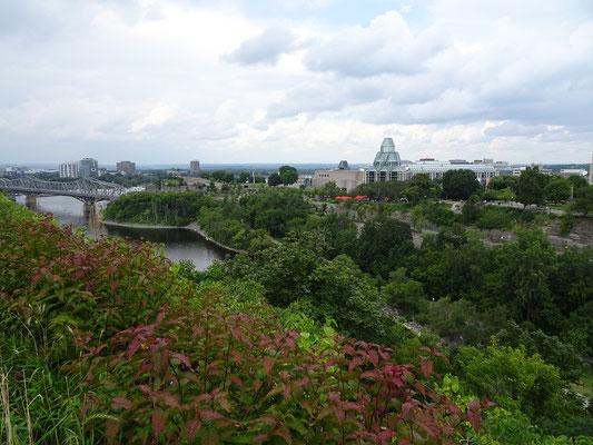 Urlaub in Ottawa: Blick über den Rideau-Kanal Richtung Nationalgalerie.