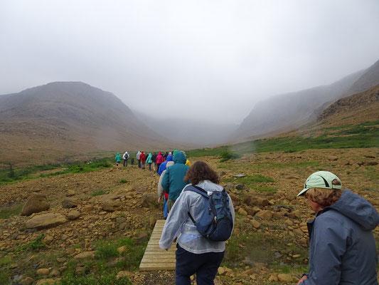 Geführte Wanderung auf den Tablelands im Gros Morne National Park: Das Ziel ist nah, ebenso wie die nächste Regenfront.