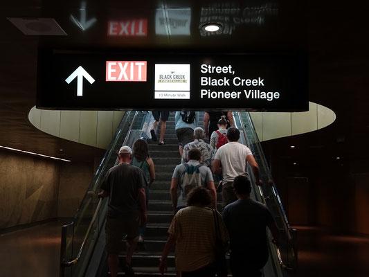 Fahrgäste verlassen die U-Bahn-Station Pioneer Village.
