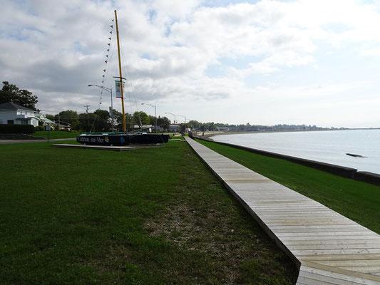 Urlaub in Quebec: Boot am Ortseingang von Carleton-sur-Mer.