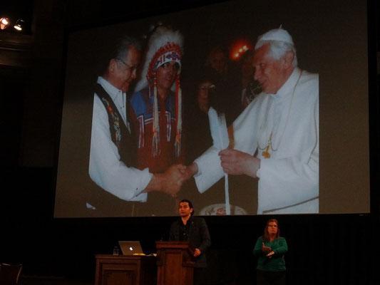 Vortrag von Wab Kinew über Residential Schools in Toronto: Es hat lange gedauert, bis sich auch Kirchenvertreter für die Verfehlungen in den Schulen entschuldigten.