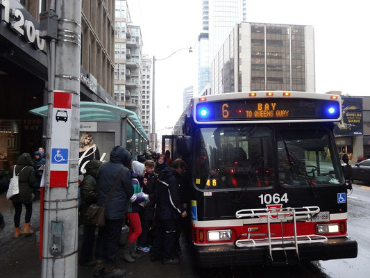 Andrang auf den Bus nach dem Ausfall der U-Bahn in Toronto: im Winter muss man auf dem Weg von und zur Arbeit immer mal mit Verzögerungen kämpfen.