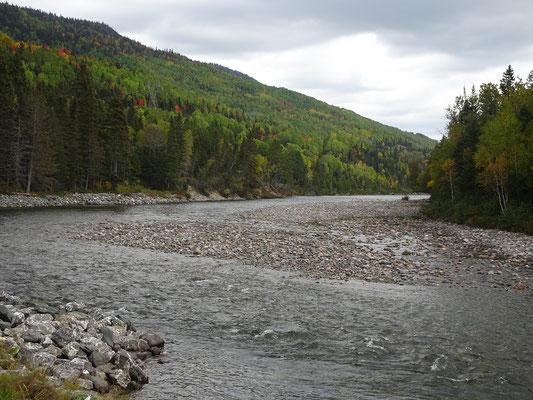 Herbsttour in Quebec: Blick auf den Riviére Sainte-Anne in der Nähe des Eingangs zum westlichen Sektor des Parc national de la Gaspésie.