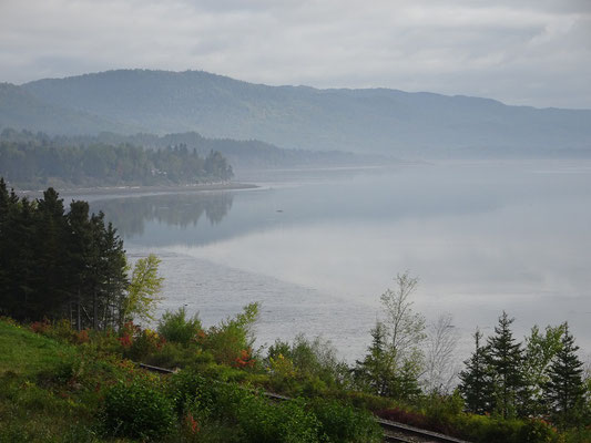 Urlaub in Quebec: Morgennebel an der Chaleur Bucht nahe Pointe-a-la-Garde.