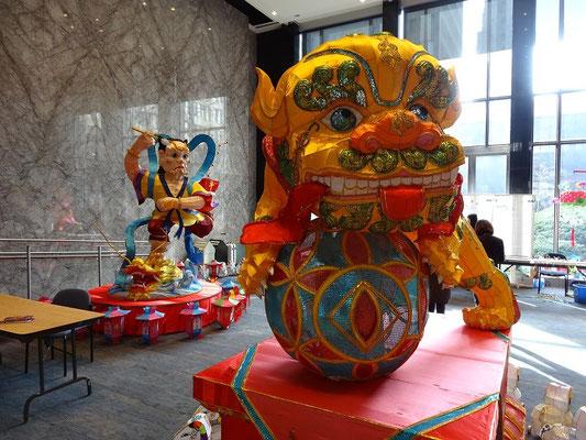 Ausstellung von bunten Figuren anlässlich eines chinesischen Festtages.