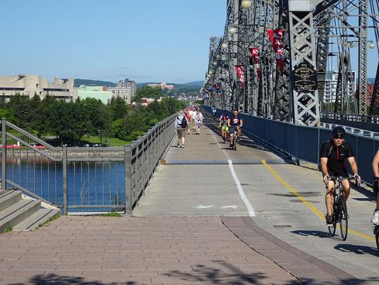 Urlaub in Ottawa: Radfahrer und Fussgänger auf der Alexandra Bridge.