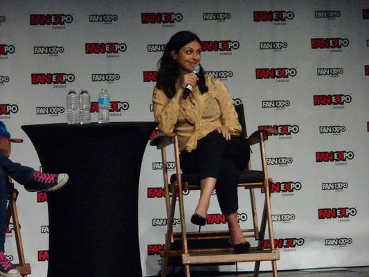 """FanExpo 2016 in Toronto: Firefly-Darstellerin Morena Baccarin blickte erstaunt ins Publikum, als zwei Kinder Detailfragen zum Film Deadpool stellten. """"Liebe Eltern, ihr wisst schon, dass der Film AUS GUTEM GRUND ab 18 ist?"""""""
