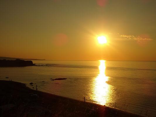 Herbsttour in Quebec: Sonnenuntergang am Sankt-Lorenz-Strom nahe Sainte-Anne-des-Monts auf der Gaspésie-Halbinsel.