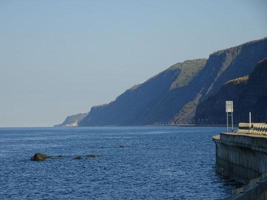 Herbsttour durch Quebec: Die Route 132 schlängelt sich im Norden der Gaspésie-Halbinsel zwischen Felswänden und dem Sankt-Lorenz-Strom dahin.