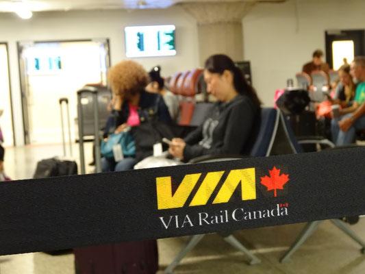 Zugfahrt nach Niagara Falls: Warten auf VIA Rail.