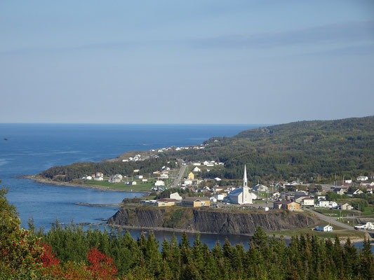 Herbsttour durch Quebec: Blick auf die Ortschaft Grande-Vallée auf der Gaspésie-Halbinsel.