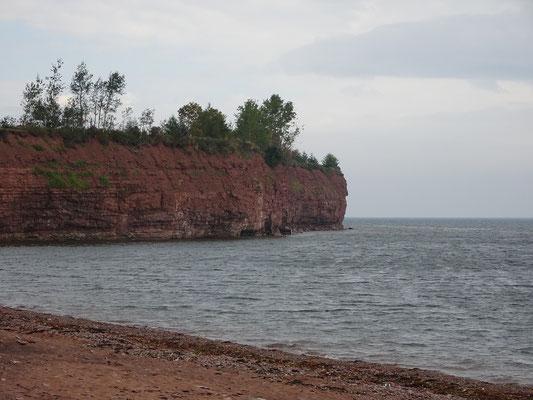 Urlaub in Quebec: Rote Erde am Strand von Saint Godefroi.