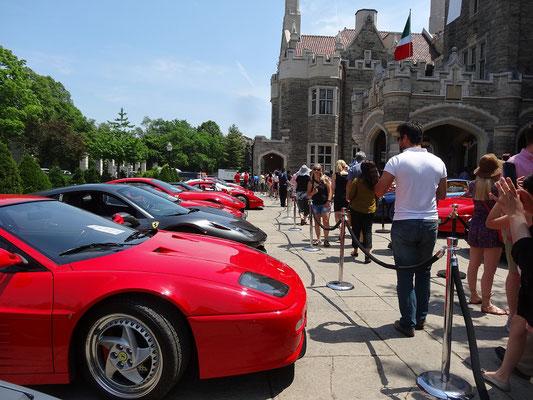 Ferraris parken vor der Casa Loma in Toronto.