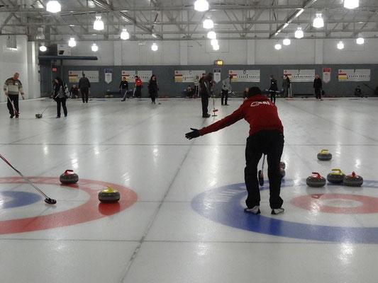 Curling in Toronto: Wohin man den Stein zielt, bestimmt der Skip, der Mannschaftskapitän. Mit dem Arm zeigt der Skip hier gerade an, in welche Richtung sein Spieler den Stein rotieren lassen soll.