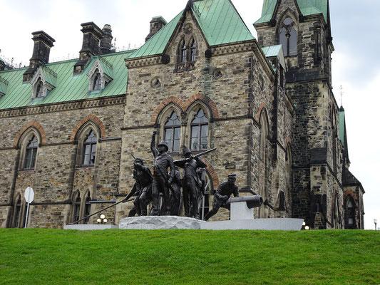 Urlaub in Ottawa: Denkmal vor dem East Block des Parlaments.