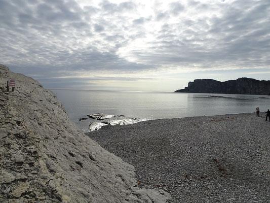 Urlaub in Quebec: Blick über den steinigen Strand am Cap-Bon-Ami auf der Ostseite des Forillon Nationalparks.