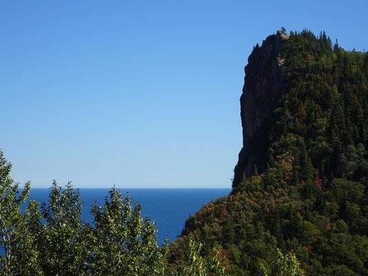 Urlaub in Quebec: Bewaldete Felsen am Meer unweit von Percé.