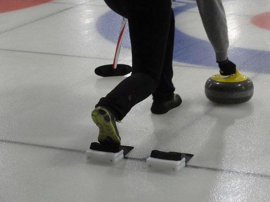 Curling in Toronto: Man verlagert das Körpergewicht auf den extra glatten Gleitfuss und stösst sich mit dem anderen Bein ordentlich ab.