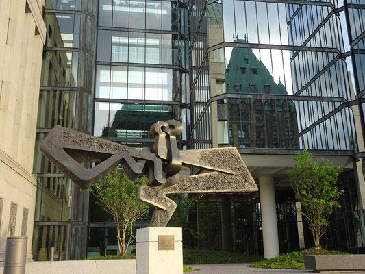 Urlaub in Ottawa: Kunstwerk und Reflexion an der Wellington Street.
