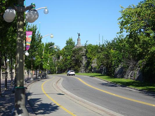Urlaub in Ottawa: Auf dem Weg zur Alexandra Bridge. In der Ferne sieht man die Statue für Samuel de Champlain.