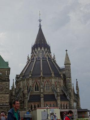 Urlaub in Ottawa: Das markante Gebäude hinter dem Parlament ist die Bibliothek.