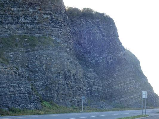 Auf der Route 132 um die Gaspésie-Halbinsel: Blick auf die Felswand direkt am Strassenrand.