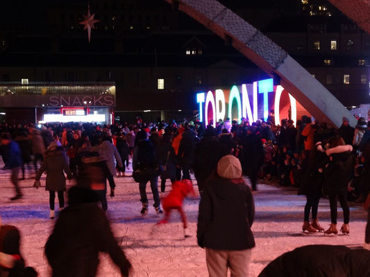 Cavalcade of Lights in Toronto: Die Eisbahn vor dem Rathaus ist eröffnet.