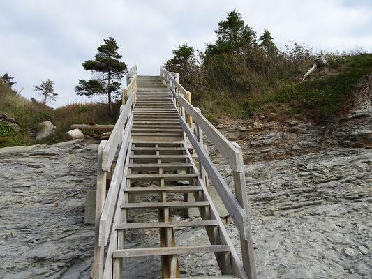 Urlaub in Quebec: Treppe zum Strand am Cap-Bon-Ami auf der Ostseite des Forillon Nationalparks.