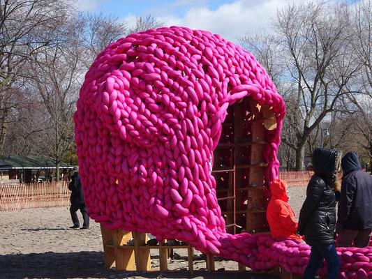 """Winterstations 2018 in Toronto: Die Installation """"Pussy Hut"""" am Woodbine Beach erinnert uns unter anderem daran, dass es bei einem Osterspaziergang am Lake Ontario ohne Mütze ganz schön frisch werden kann."""