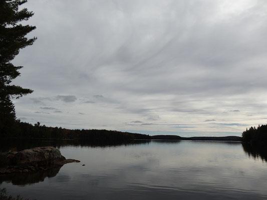 Ufer-Panorama aus dem Algonquin Provincial Park, der nicht nur während der Fall Colors eine Reise wert ist.