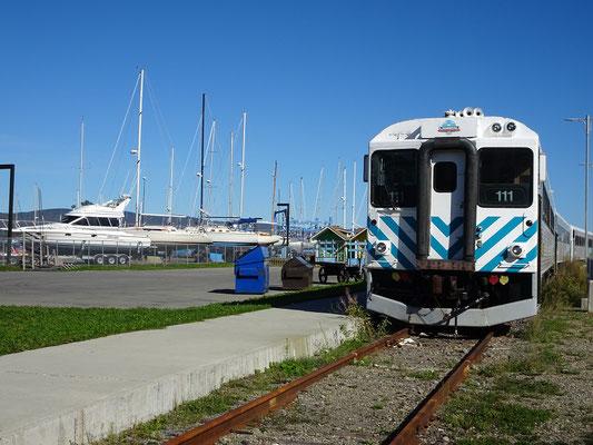 Urlaub in Quebec: Via Rail Zug und Segelboote nebeneinander am Ortseingang von Gaspé.