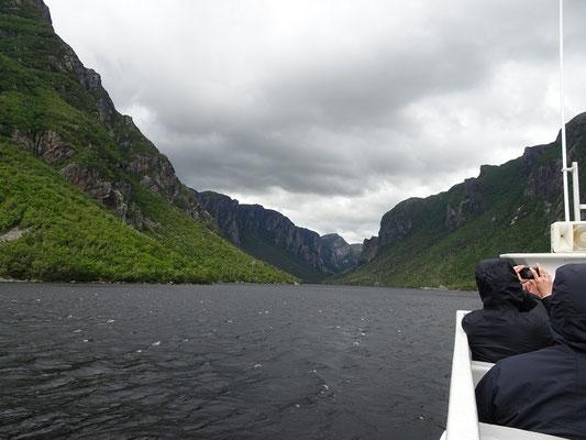 Blick auf das Ende des Fjords bei der Bootstour im Western Brook Pond in Neufundlands Gros Morne National Park.