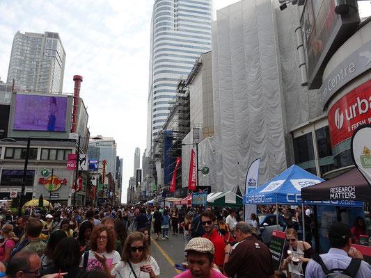 Besuch am Dundas Square beim Busker Fest in Toronto.