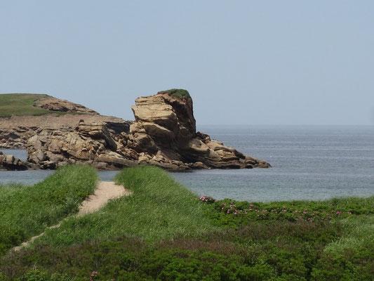 Urlaub in Cape Breton Island: Hinter der Düne Felsen und Meer.