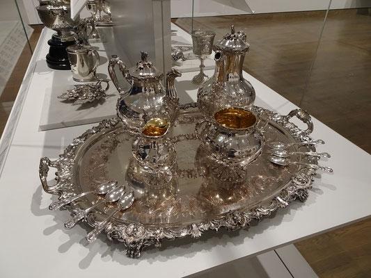 Urlaub in Ottawa: Silbernes Tee Service in der Nationalgalerie, Ahornblätter natürlich inklusive.