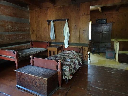 Black Creek Pioneer Village: Rustikale Innenausstattung im Haus der Familie Stong.