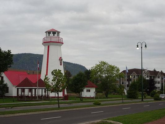 Urlaub in New Brunswick: Auch von der Uferpromenade in Campbellton ist der Sugarloaf Mountain gut zu sehen.