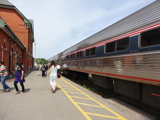"""""""Nächster Halt: Niagara Falls."""" Der winzige Bahnhof am Stadtrand hat einen einzigen Bahnsteig."""