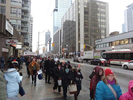 Morgendliche Schlange in der Innenstadt von Toronto: Pendler warten auf den Bus, weil die U-Bahn ausgefallen ist.