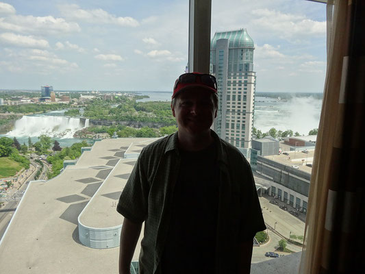 Blick auf die amerikanischen und kanadischen Fälle aus dem Hotelzimmer in Niagara Falls.