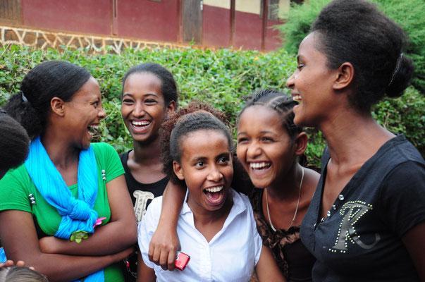 Seit 2005 betreiben wir gemeinsam die Initiative Hilfe für Waisenkinder. Das bedeutet nicht nur konkrete Hilfe für die 100 Kinder, sondern auch Sicherheit und neue Perspektiven für die Angehörigen.
